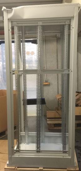 """Triton 19""""Schrank 42HE, B600/T 900, Lichtgrau, *Demoschrank mit starken Staplerschaden, RMA*, ohne Türen, ohne Seitenteile,"""